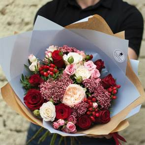 С пионовидной розой
