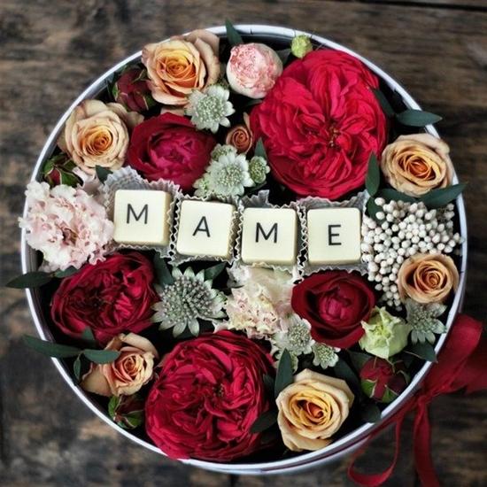 Маме с пионовидными розами и буквами